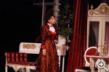 Благодаря наложению двух тканей: бордового полотна и черного кружева, фактура платья Розалинды выглядит необычайно роскошной