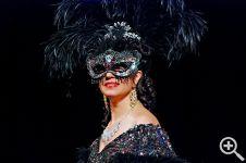 Сверкающие элементы, включенные в платье, придают героине особую интеллектуальную и сдержанную аристократичность