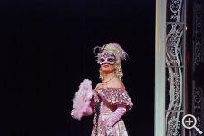 Маскарадная маска Адель выполнена под цвет ее бального платья