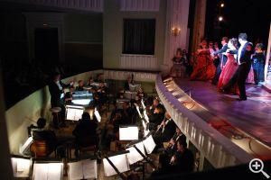 Оркестровую «яму» зрителям не видно, но здесь не менее интересно, чем на сцене.  Второе действие: бал у князей Орловских.